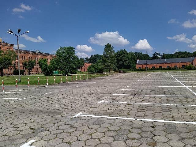 Więcej miejsc parkingowych na terenie dawnych koszar przy Sobieskiego
