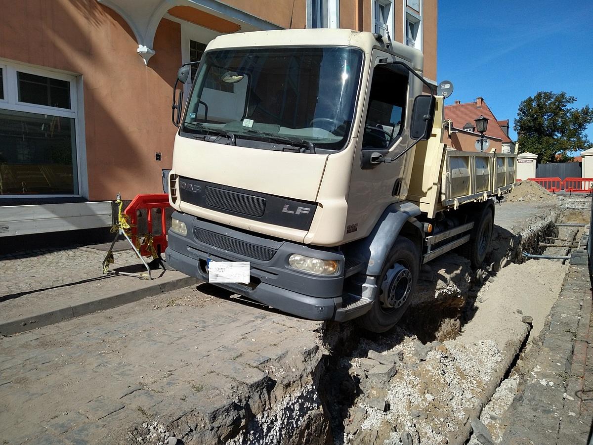 Ciężarówka wpadła do wykopu na ul. Franciszkańskiej