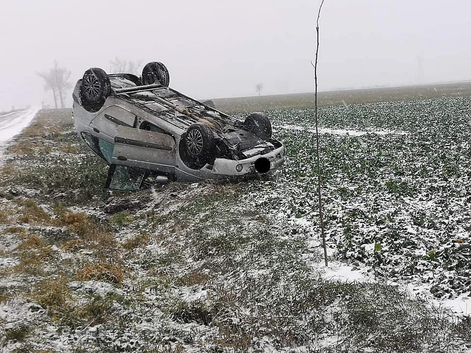 Śnieżny pogrom kierowców! Kilka centymetrów białego puchu sparaliżowało ruch na drogach powiatu