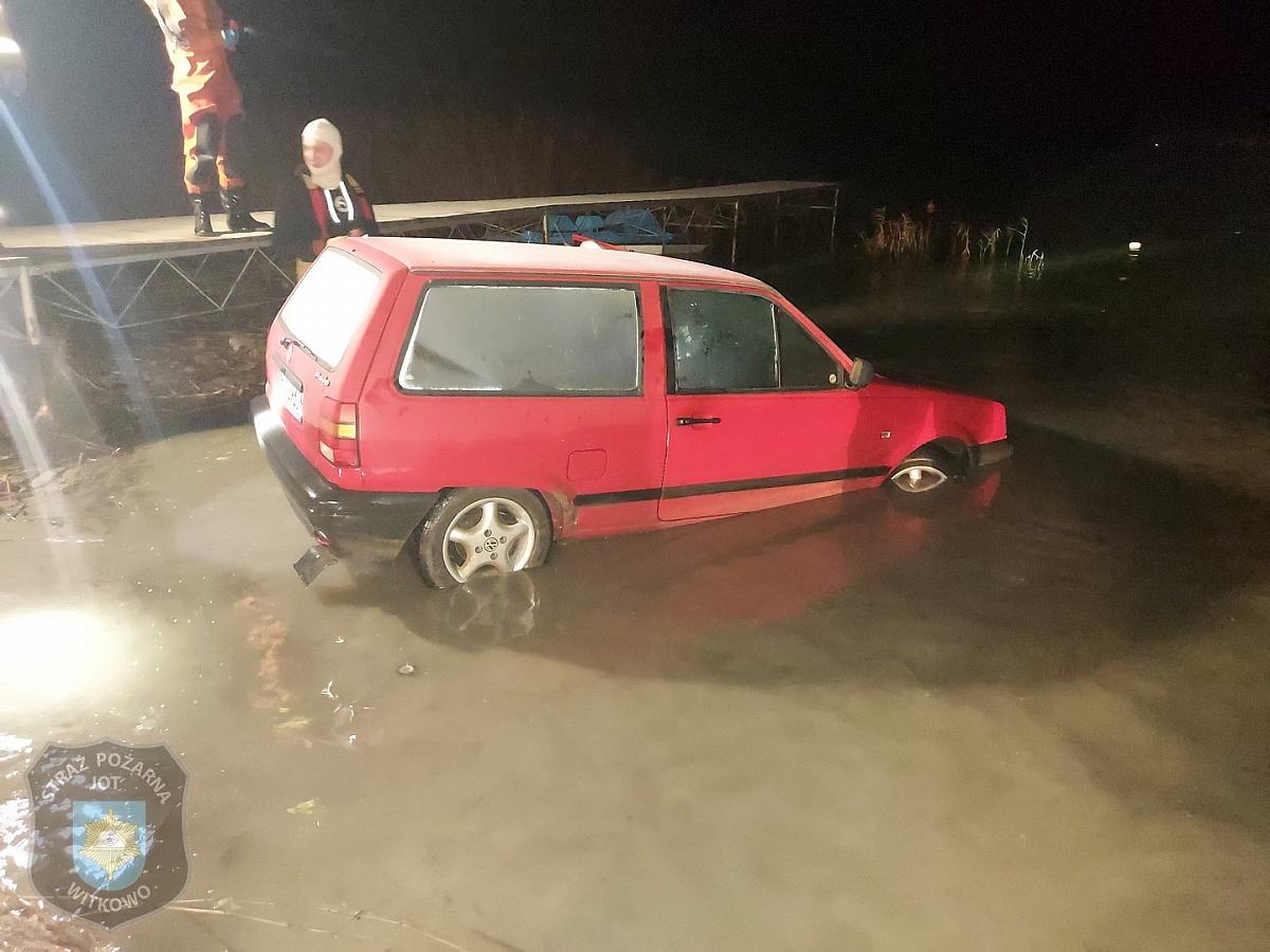 Samochód wjechał do Jeziora Niedzięgiel! Właściciel wydmuchał 1,6 promila!
