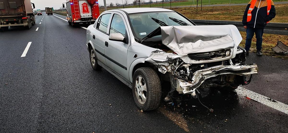 Opel uderzył w bariery energochłonne