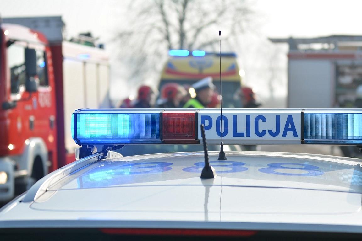 Wypadek na ul. Słowackiego! Samochód wjechał na chodnik i uderzył w drzewo