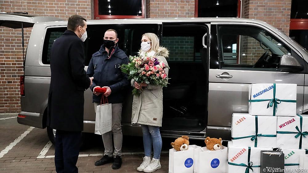 Premier przekazał samochód rodzicom pięcioraczków z Gniezna! Zaliczył przy tym