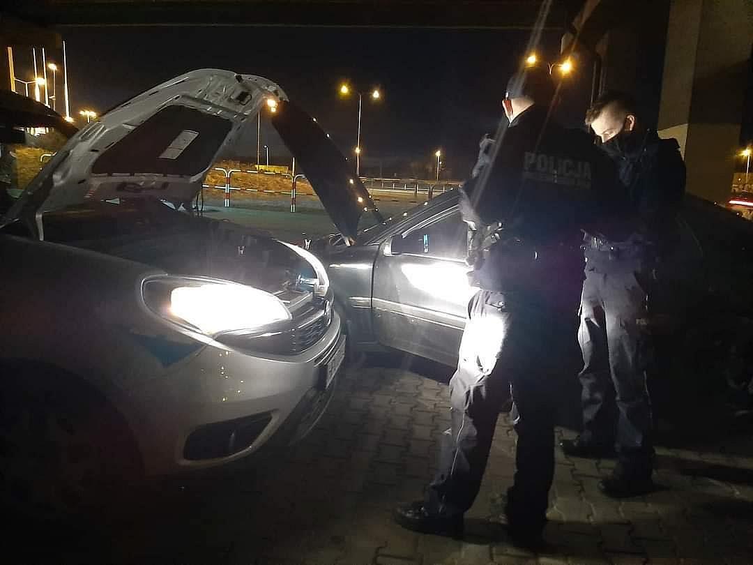 Policjanci nie tylko od karania! Pomogli odpalić samochód