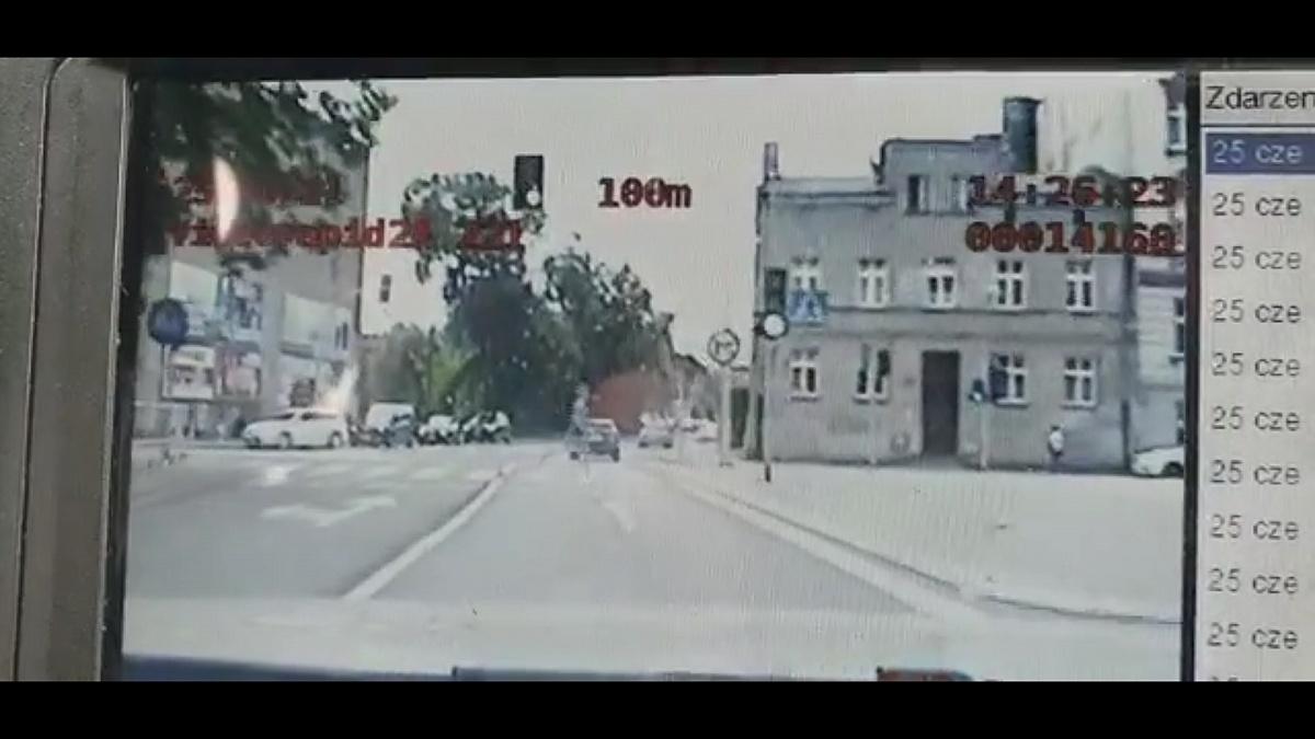 18-latka wbiegła na czerwoym świetle przed radiowóz!