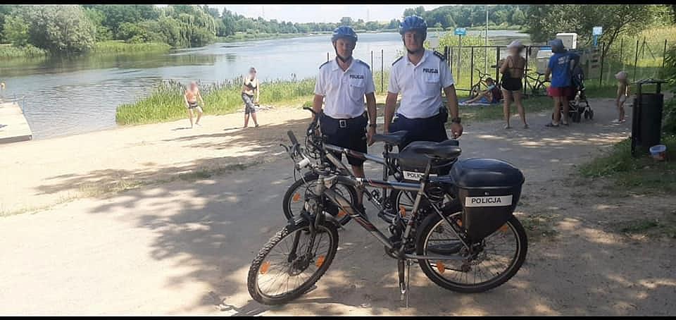 Policjanci na rowerach patrolują Gniezno