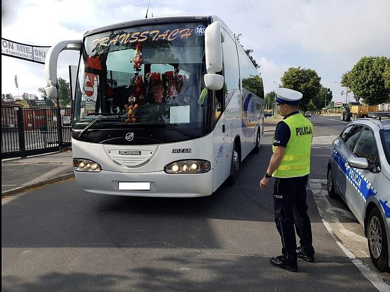 Policjanci drogówki z Gniezna sprawdzają autobusy