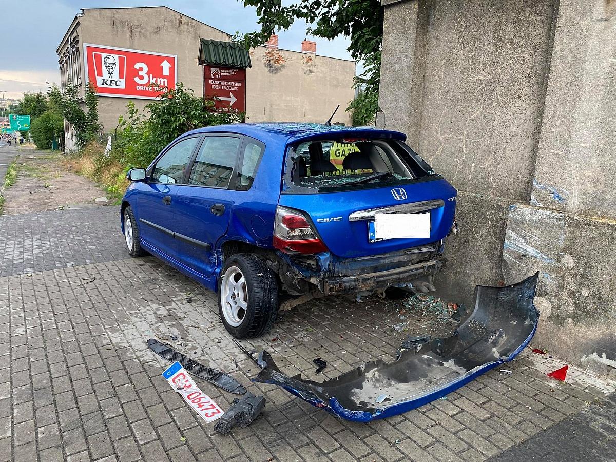 Uderzył w dwa samochody i uciekł z miejsca zdarzenia! Zgubił tablicę rejestracyjną