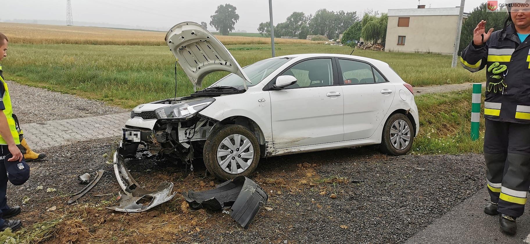Auto wypadło z drogi i uderzyło w przepust