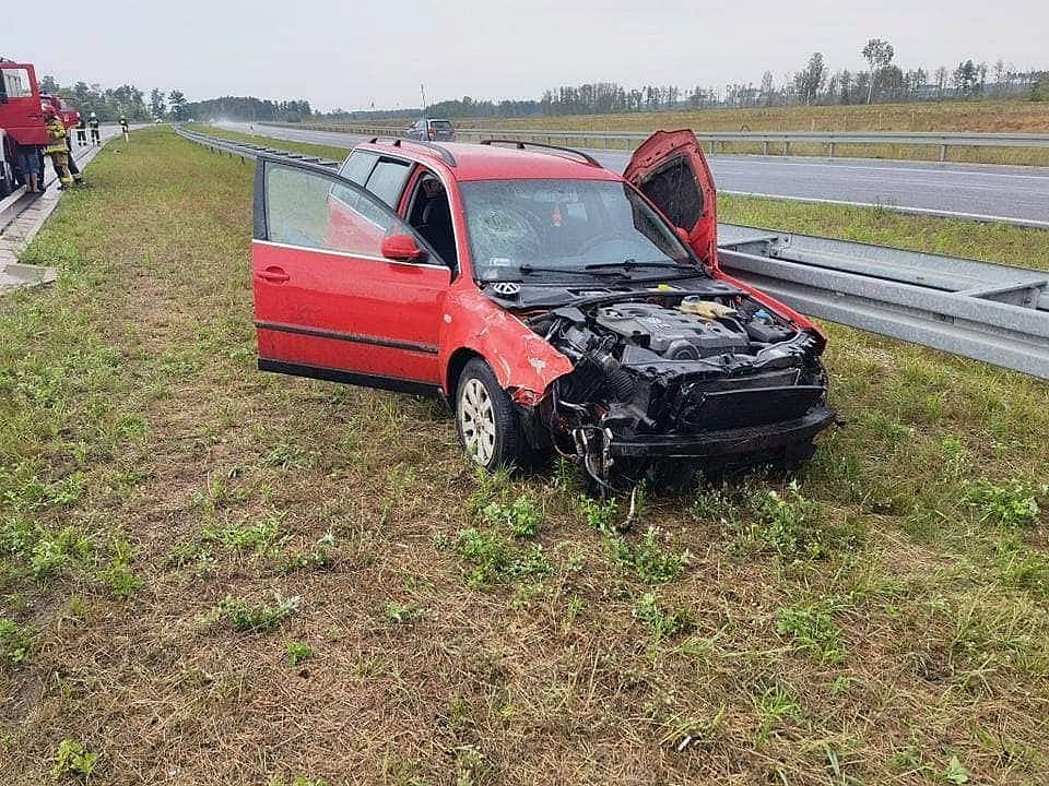 Auto rozbiło się na barierach energochłonnych! Na miejsce zadysponowano śmigłowiec LPR