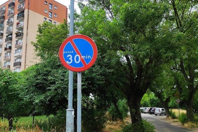 Zakaz parkowania na ul. Łazienki nie zostanie usunięty! Mieszkańcy są oburzeni!