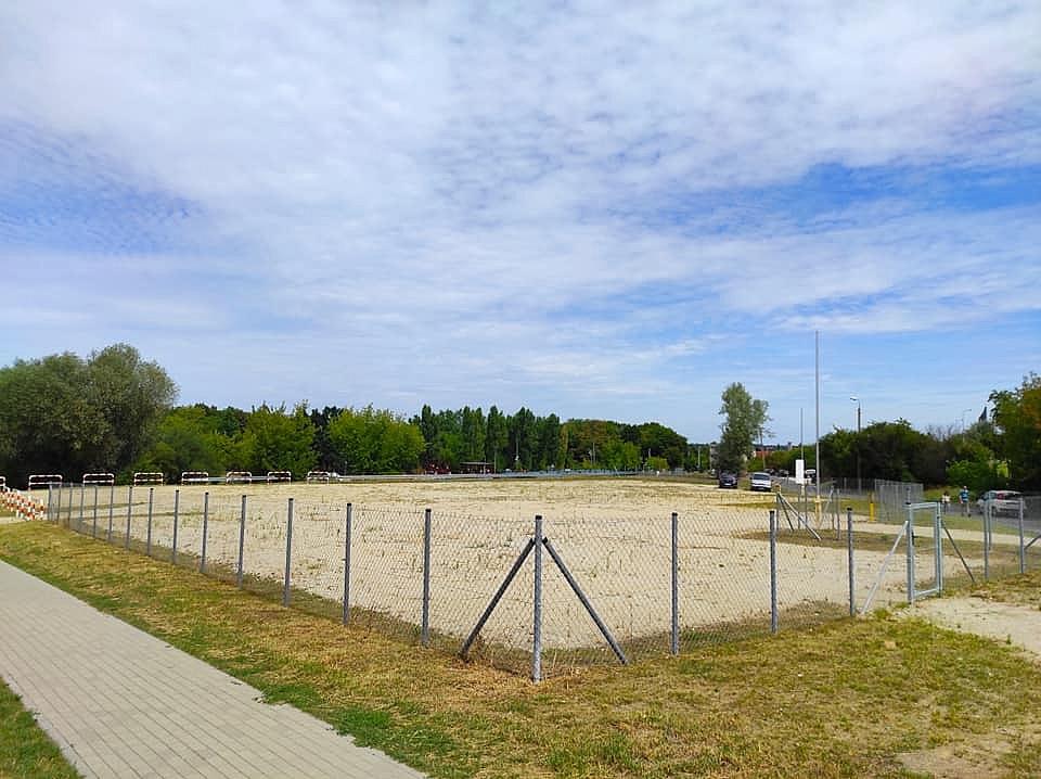 Parking stoi pusty, mieszkańcy okolicznych bloków zostawiają auta na trawnikach!