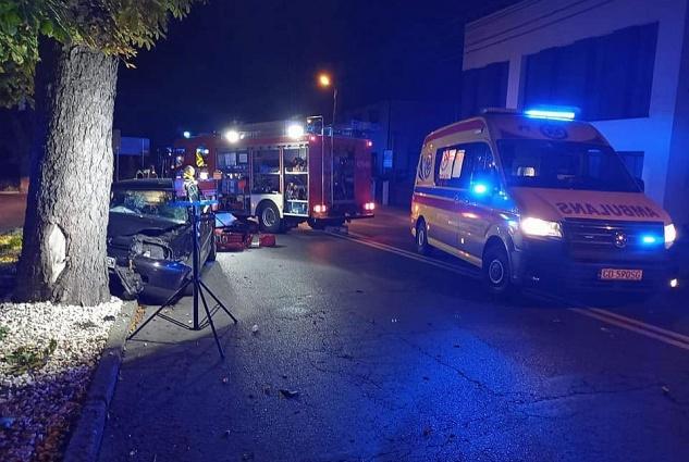Poważny wypadek w Witkowie! Volkswagen uderzył w drzewo!