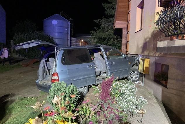 Wypadła z drogi, staranowała bramę, przyłącze gazu i zatrzymała się na budynku, po czym uciekła z miejsca zdarzenia!